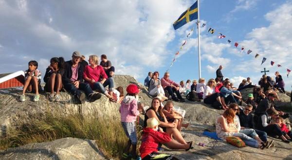Människor på klippan bredvid dansbryggan