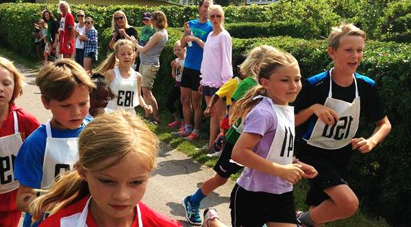 Bild på unga som springer